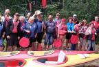 uczestnicy spływu - grupa przy kolorowych kajakach