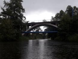 Spływ: widok mostu, pod którym grupa przeczekała deszcz