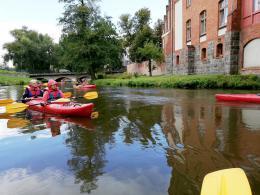 Spływ: Lidzbark Warmiński - uczestnicy w kajakach na spokojnej wodzie