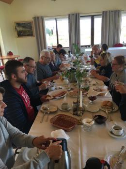 Wspólny posiłek uczestników spływu przy długim stole