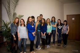 Studenci ubrani na niebiesko