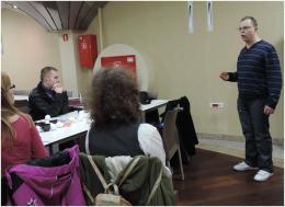 Zdjęcie uczestników spotkania oraz studenta opowiadającego o tradycji Świąt Wielkanocnych