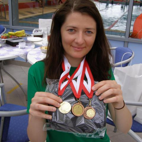 zdjęcie studentki z medalami zdobytymi podczas zawodów
