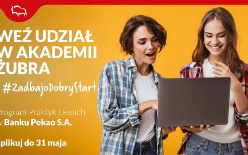 Plakat: Zaproszenie do udziału w Programie Praktyk Letnich – Akademia Żubra, dwie kobiety, jedna z nich trzyma laptop i z entuzjazmem wpatrzone są w ekran laptopa.